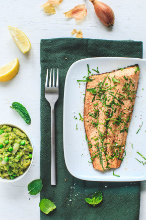 Crushed green peas and trout